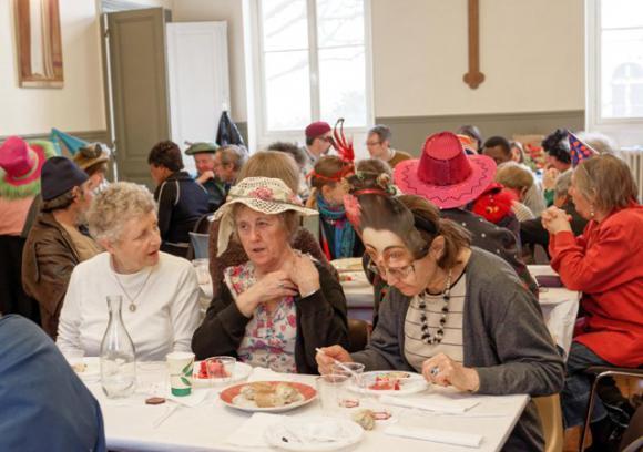 http://lescompagnons.cowblog.fr/images/PiqueniquedeguiseLegentilParoisse2.jpg